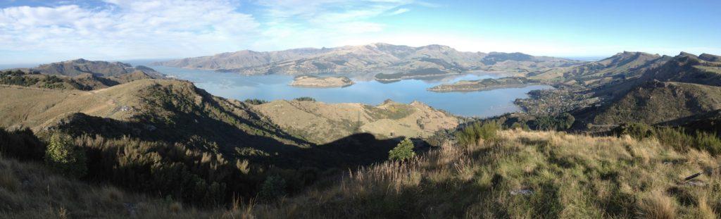 Joli panorama : les Port Hills, la péninsule de Banks et Governors Bay