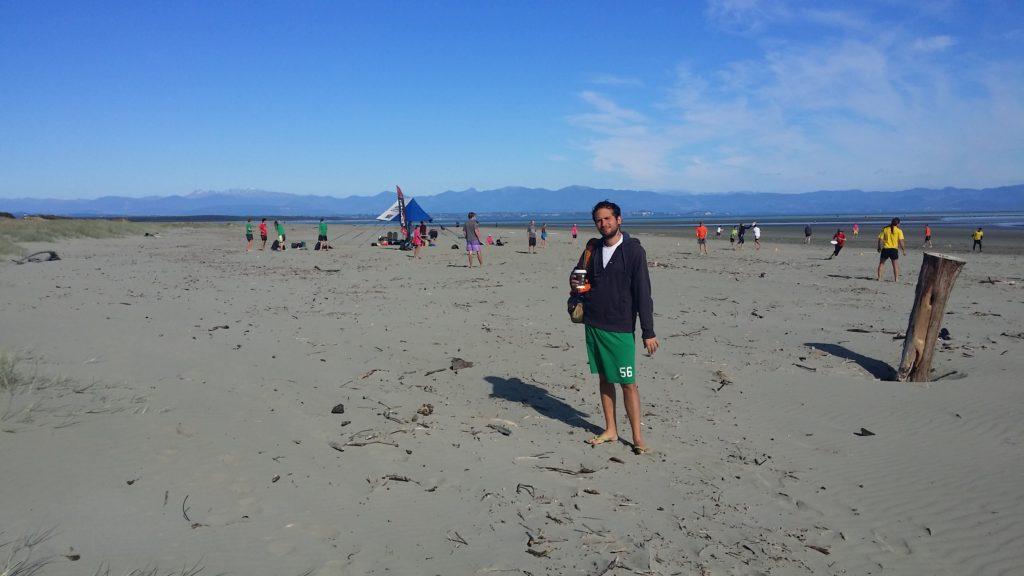 9h dimanche matin. Dans 30 minutes faudra courir partout sur le sable pour attraper un frisbee...