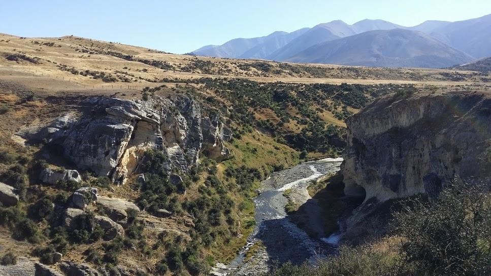 L'entrée de la grotte (dans l'ombre) et la rivière