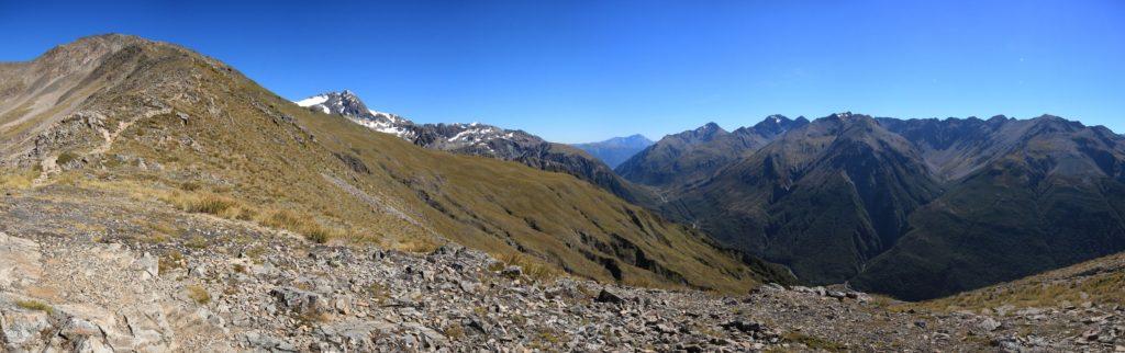 Vue sur Arthur's Pass et Avalanche Peak (à gauche)