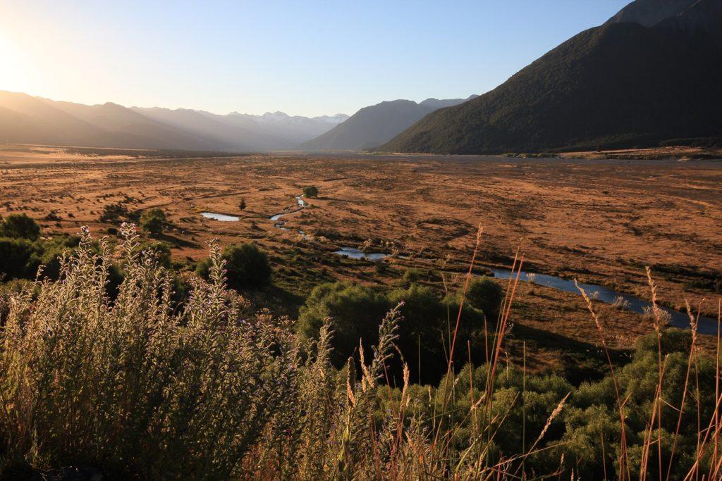 Soleil couchant sur la Waimakariri River et Arthur's Pass au loin