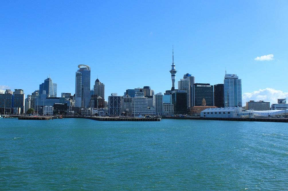 Auckland et son emblématique Sky Tower, vue de la baie