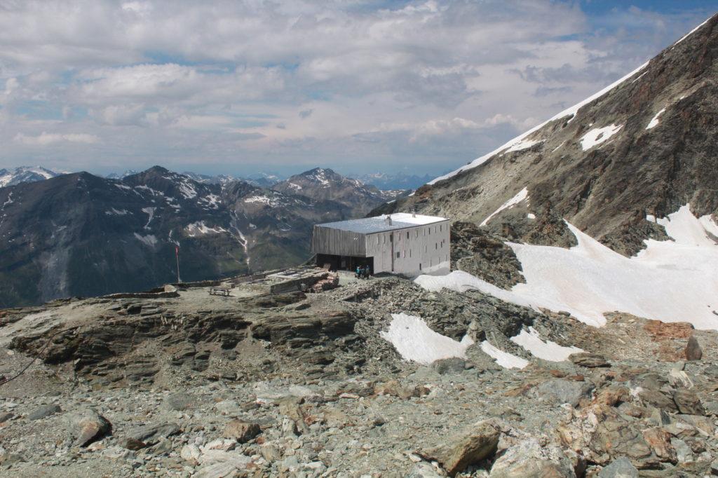 La cabane est située pile en haut du col
